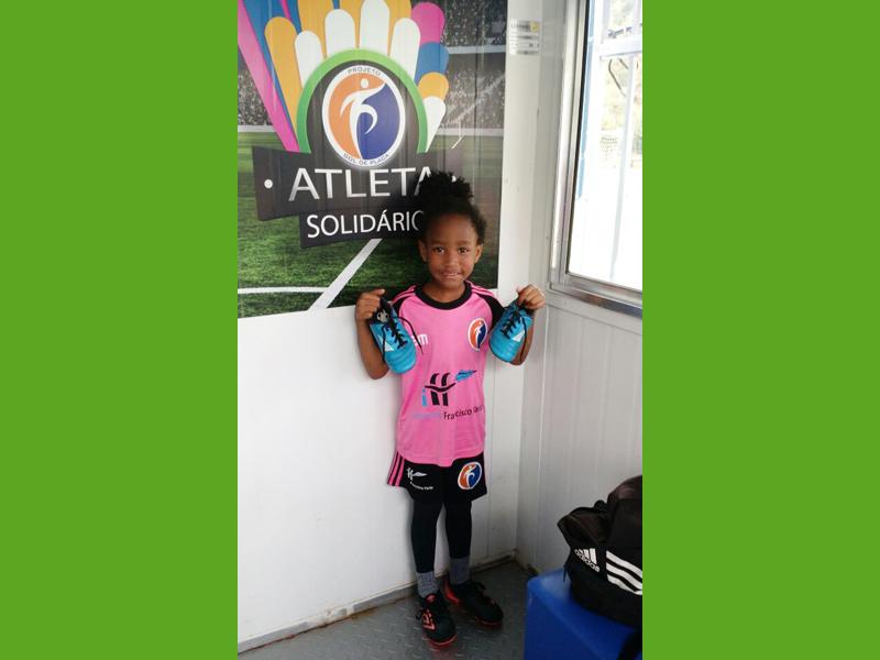 Sophia recebe chuteiras do Programa Atleta Solidário