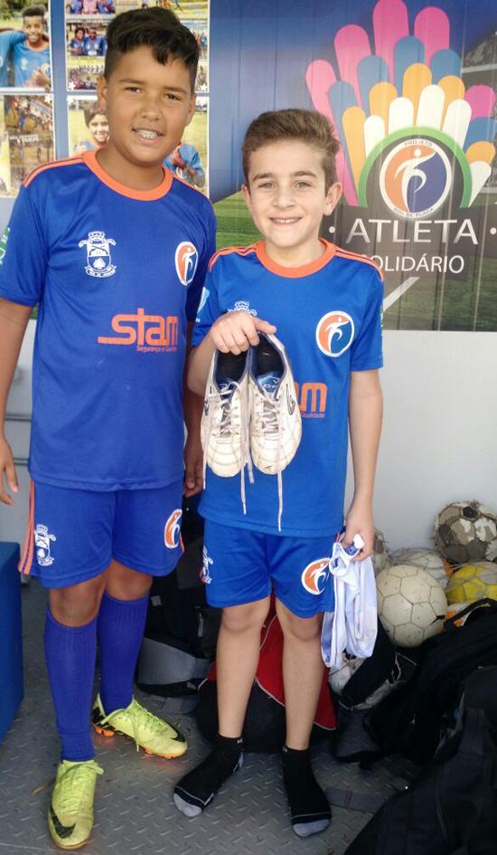 Gustavo doa chuteira para João Pedro (à direita)
