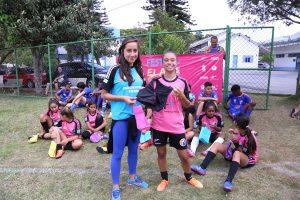 Além de muito futebol as meninas receberam um TOP de presente.