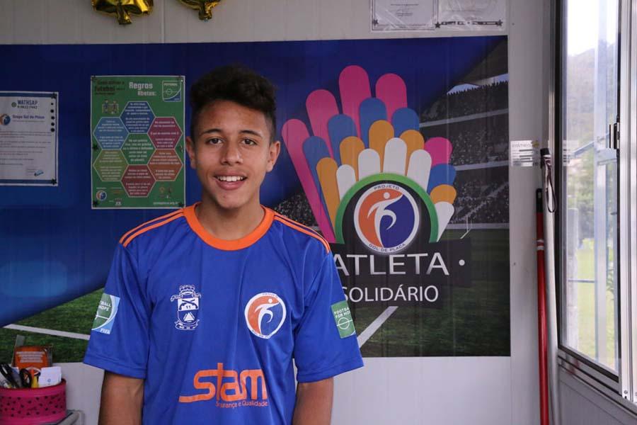 Weverson - Sub 15, recebe uniforme doado pelo Programa Atleta Solidário.