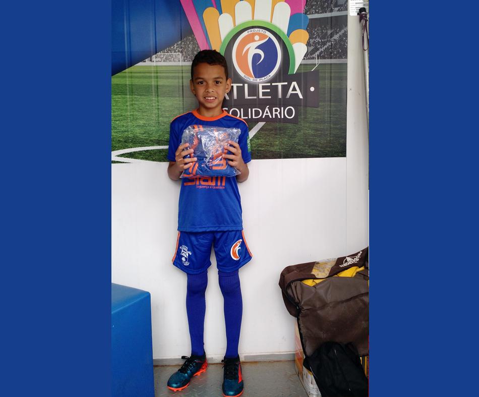 O atleta Bernardo Freiman recebe uniforme doado pelo Programa Atleta Solidário.